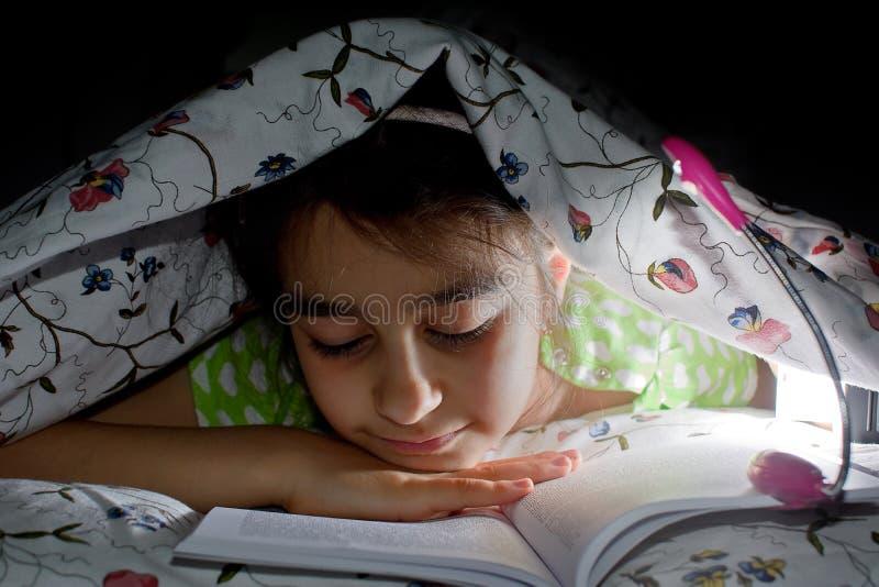 Petite fille affichant un livre photo stock