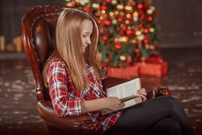 Petite fille affichant un livre Décoration de vacances de la salle, photo libre de droits