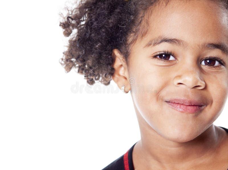 Petite fille africaine adorable avec la belle coiffure d'isolement au-dessus du blanc image libre de droits