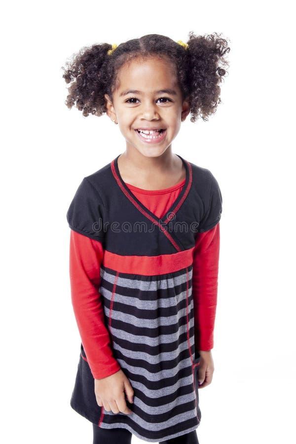 Petite fille africaine adorable avec la belle coiffure d'isolement au-dessus du blanc photos stock