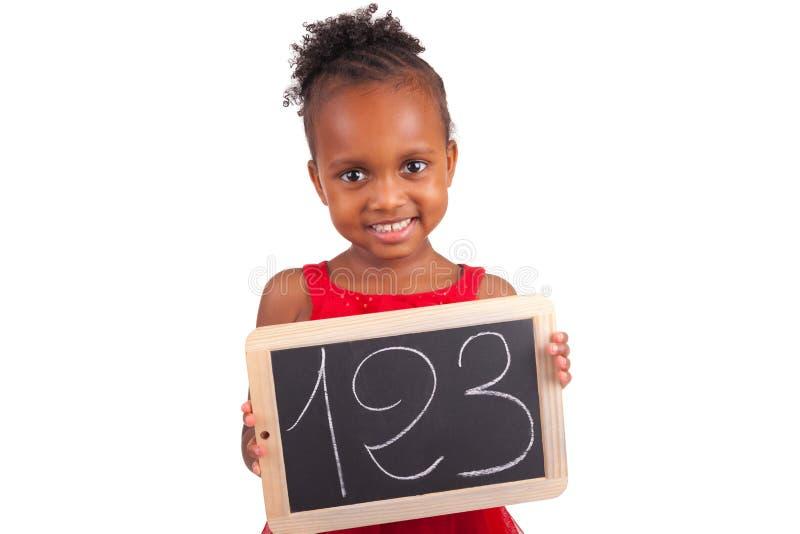 Petite fille africaine adorable avec l'ardoise image stock