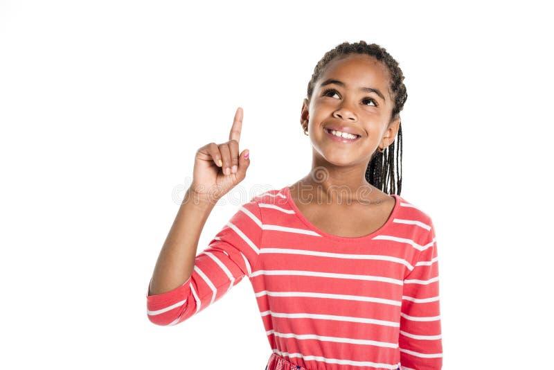Petite fille africaine adorable sur le fond de blanc de studio images libres de droits