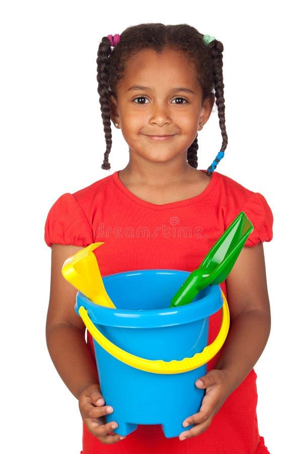 Petite fille africaine avec des jouets de plage photographie stock libre de droits
