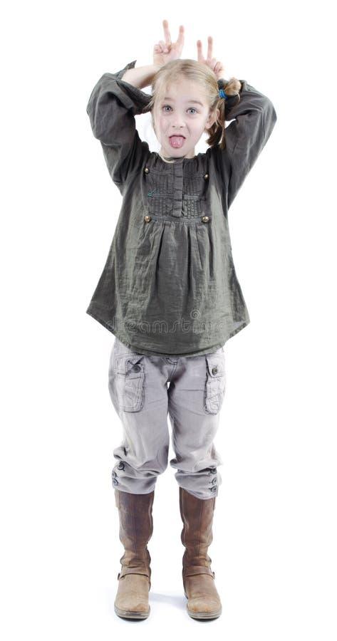 Petite fille agissant idiote ou drôle photo libre de droits
