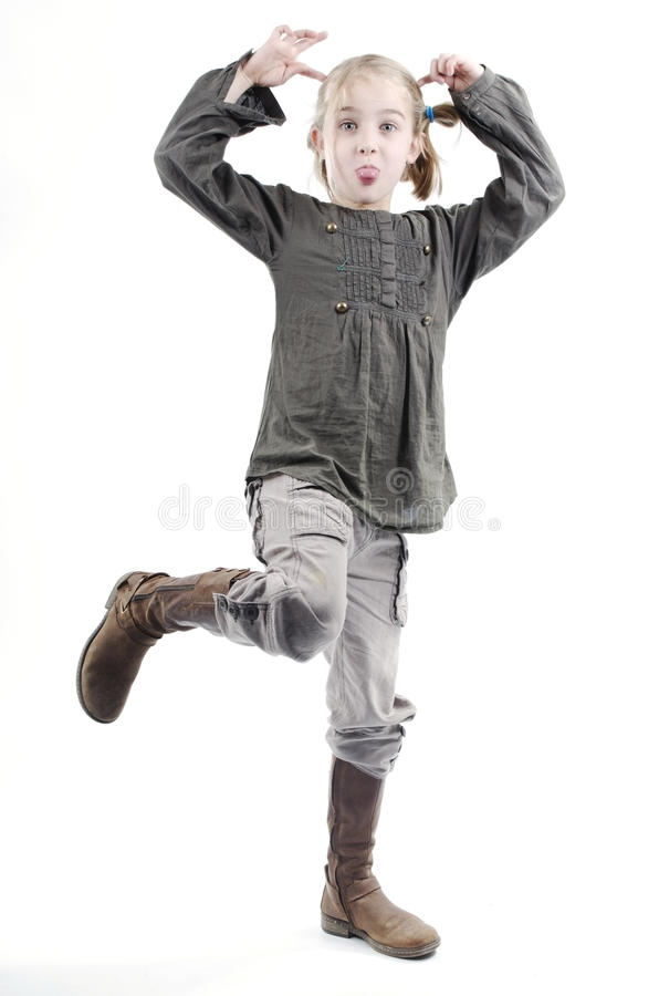 Petite fille agissant idiote ou drôle photo stock