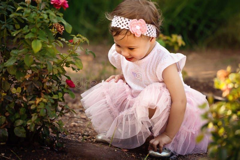 Petite fille appréciant des fleurs images libres de droits