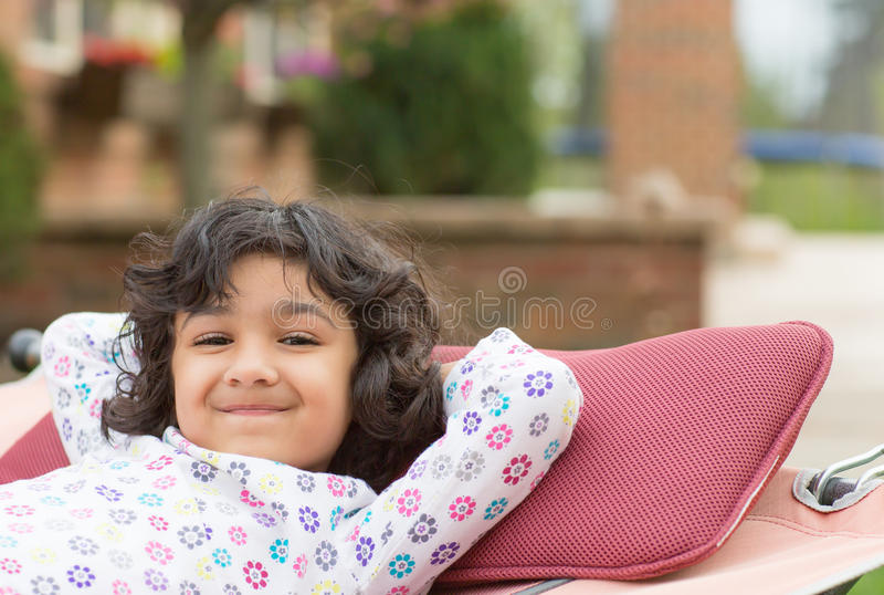 Petite fille appréciant le ressort sur un hamac photographie stock