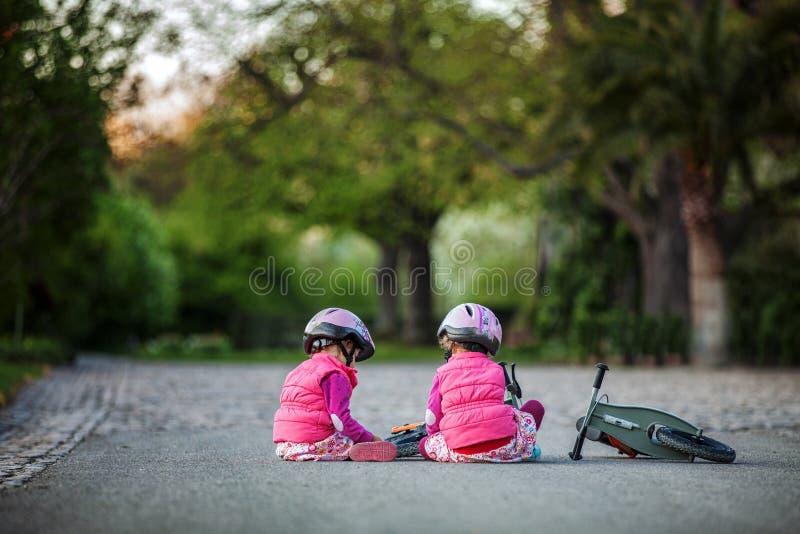 Petite fille appréciant le tour de vélo le jour chaud d'été photo stock
