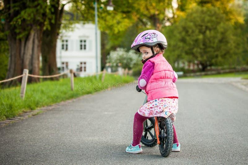 Petite fille appréciant le tour de vélo le jour chaud d'été photographie stock