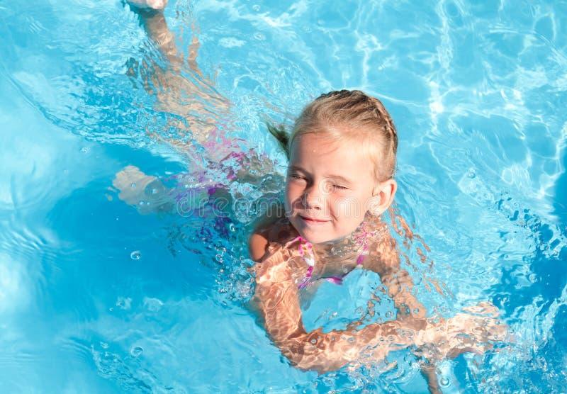 Petite fille apprenant à flotter photo libre de droits