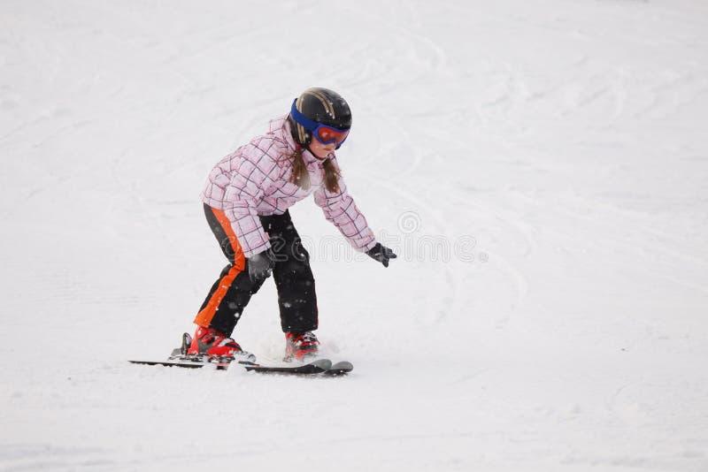 Petite fille apprenant le ski alpestre photo stock