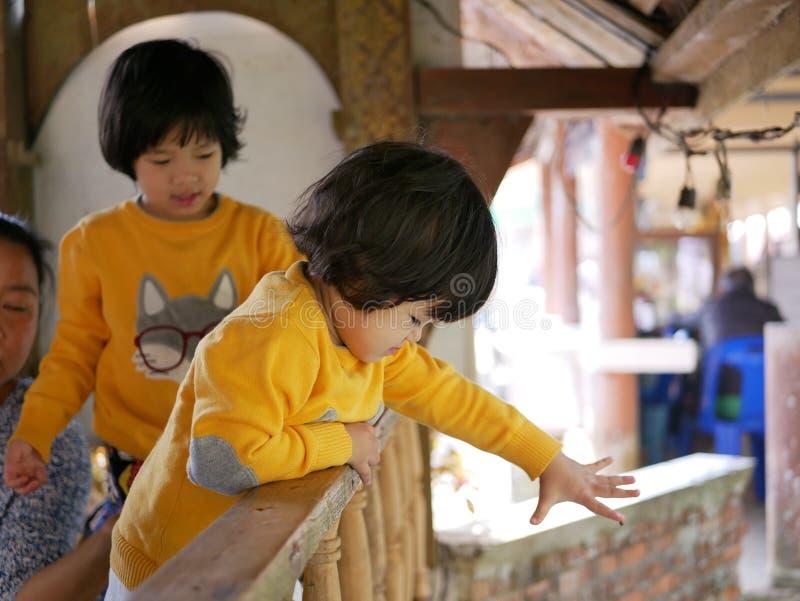 Petite fille asiatique aime nourrir les poissons de la rivière avec de la nourriture pour poissons photo libre de droits
