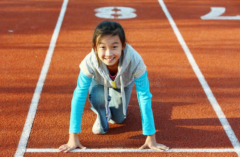 Petite fille asiatique commençant l'exécution photos libres de droits