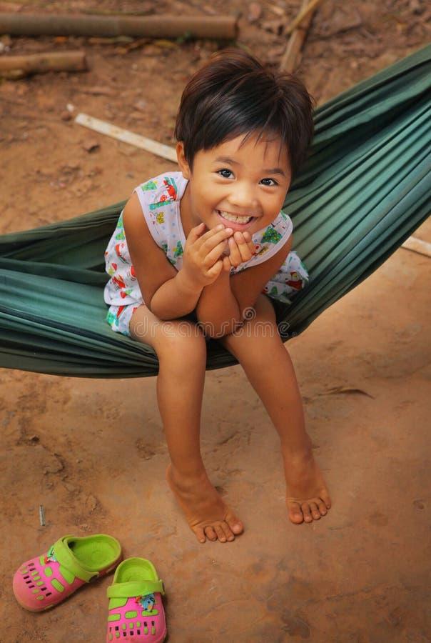 Petite fille asiatique dans le sourire d'hamac images libres de droits
