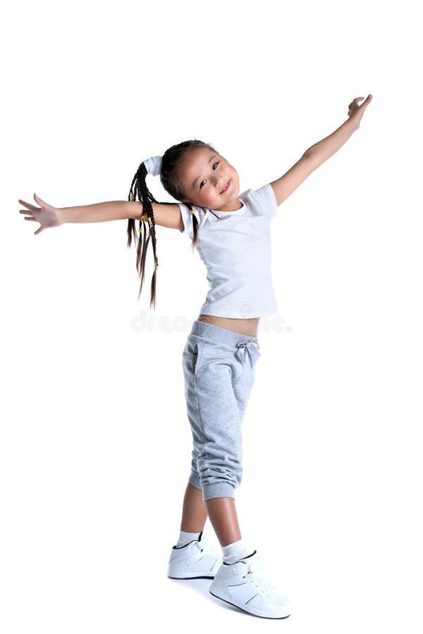 Petite fille asiatique heureuse dans les vêtements de sport image stock