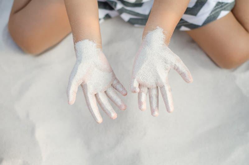 Petite fille asiatique jouant avec le sable photographie stock libre de droits