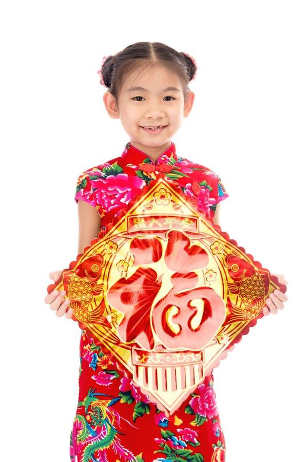 Petite fille asiatique montrant des salutations chinoises de nouvelle année photo libre de droits