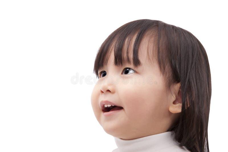 Petite fille asiatique regardant et souriant images stock