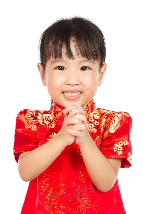 Petite fille asiatique te souhaitant la nouvelle année chinoise heureuse avec Congra photos libres de droits