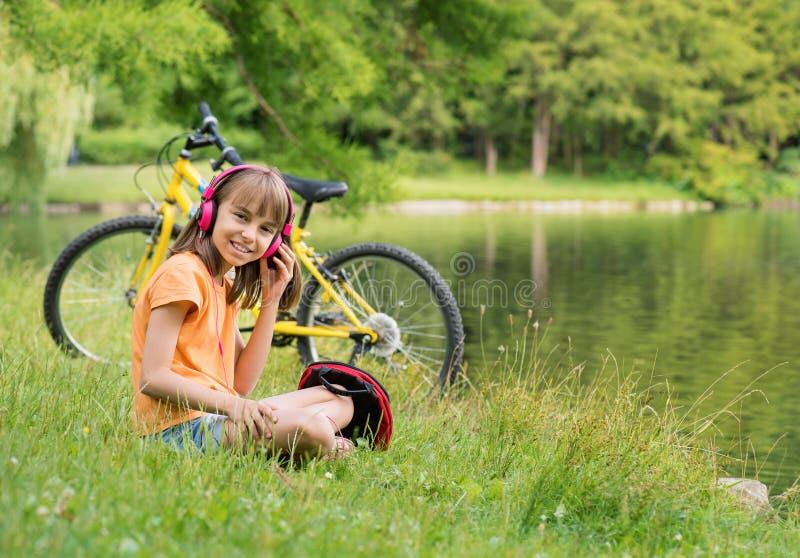 Petite fille au bord de lac image libre de droits