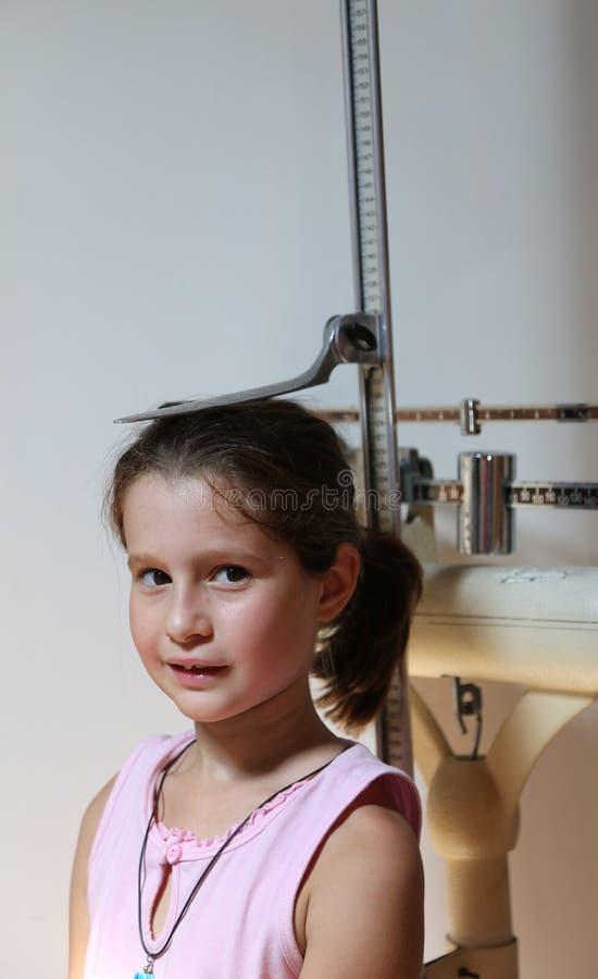 Petite fille au cours d'un examen médical avec l'instrument médical photos stock