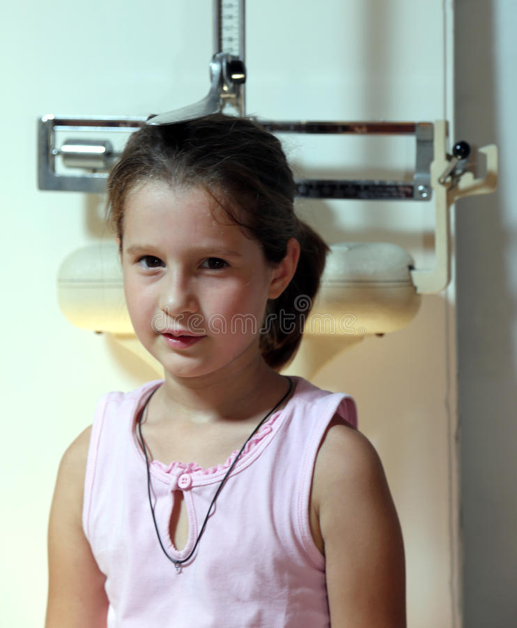 Petite fille au cours d'un examen médical dans la chirurgie d'hôpital image libre de droits