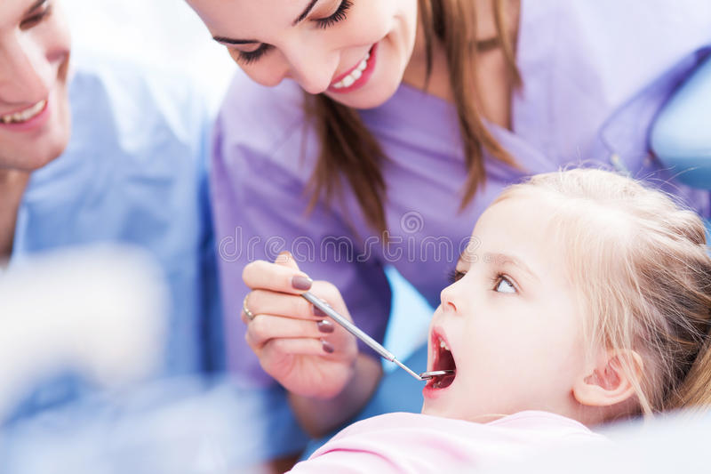 Petite fille au dentiste image stock
