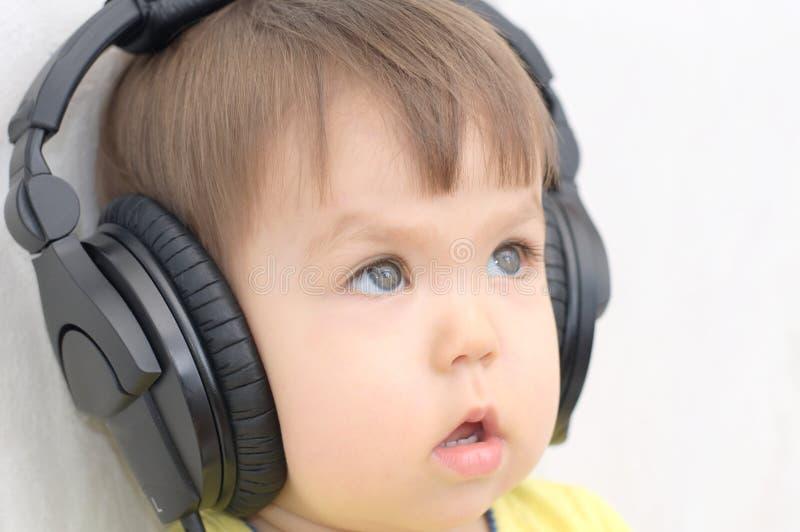 Petite fille avec des écouteurs photos libres de droits