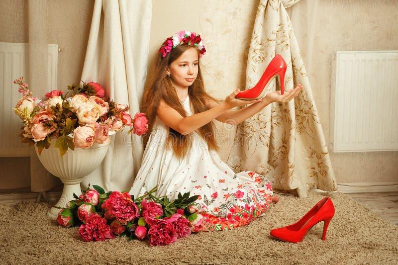 Petite fille avec des fleurs image stock