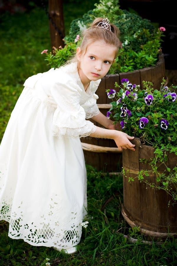 Petite fille avec des fleurs photographie stock