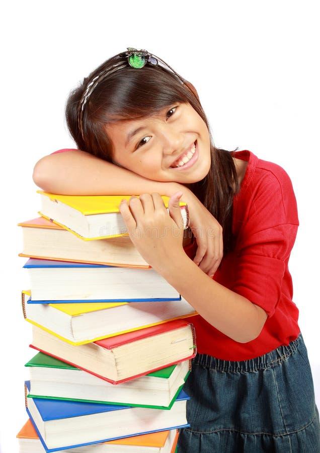 Petite fille avec des livres photographie stock libre de droits