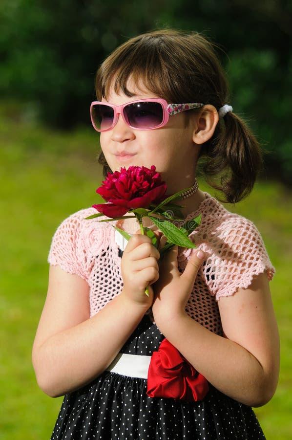 Petite fille avec des lunettes de soleil images libres de droits