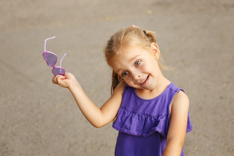 Petite fille avec des lunettes de soleil photos libres de droits