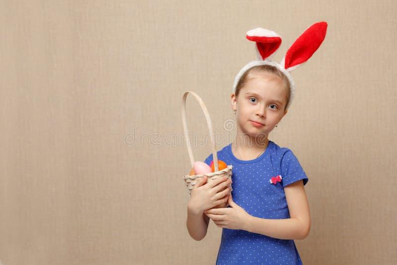 Petite fille avec des oeufs de pâques de panier photos libres de droits