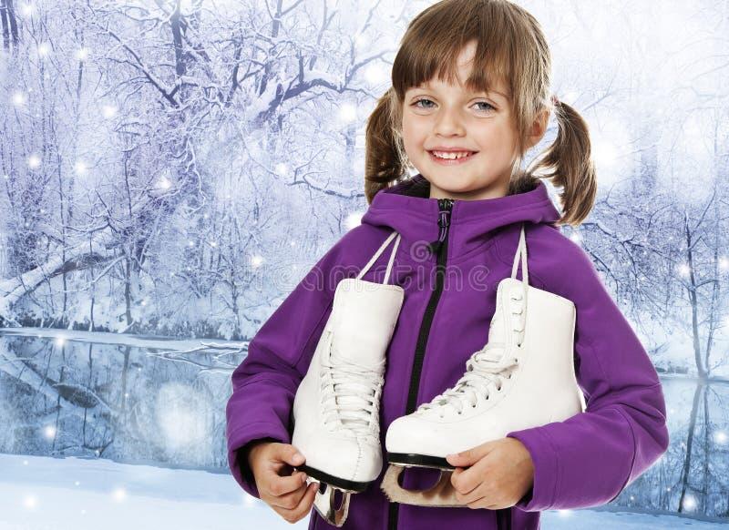 Petite fille avec des patins de glace dans une nature de l'hiver photo libre de droits