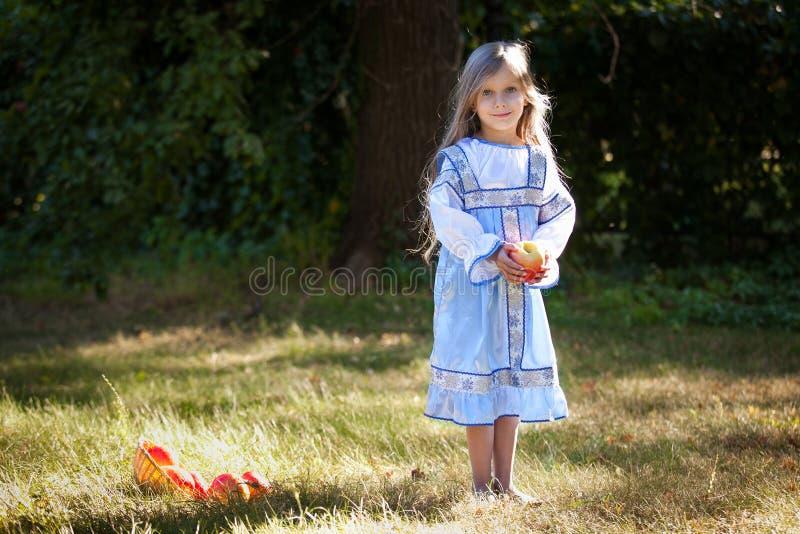 Petite fille avec des pommes photos libres de droits