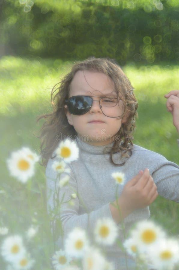 Petite fille avec des verres photos libres de droits