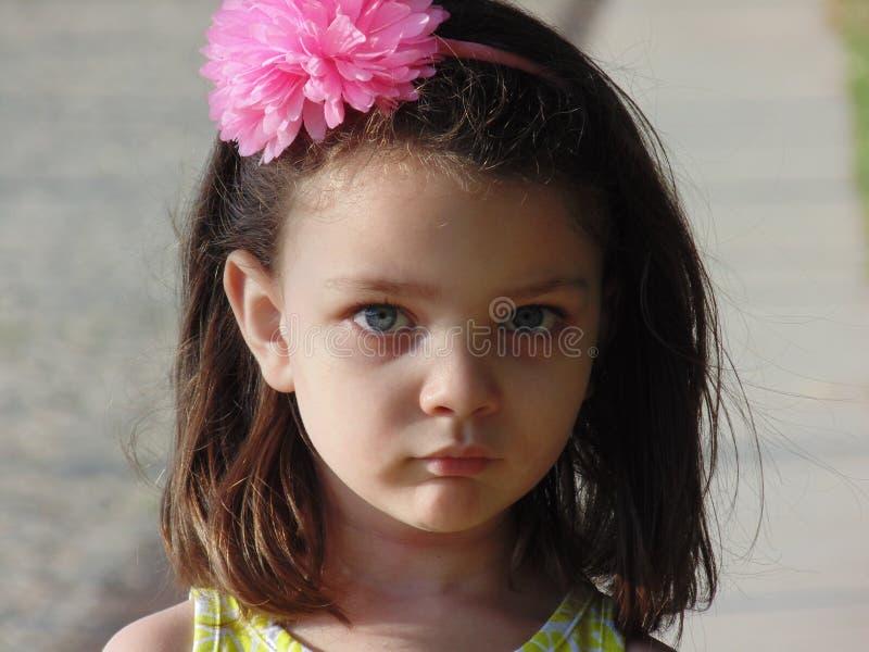 Petite fille avec des yeux bleus. photo stock