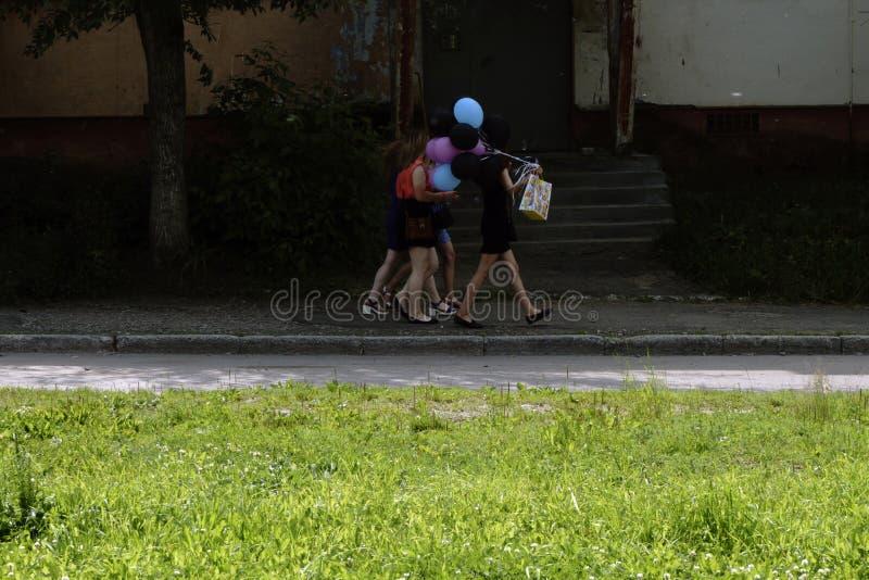 Petite fille avec du ballon de football d'isolement sur le fond blanc photos stock