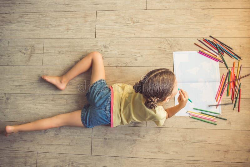 Petite fille avec du charme à la maison image libre de droits