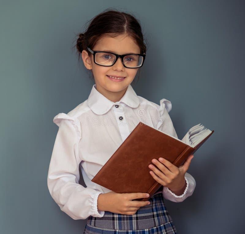 Petite fille avec du charme d'école photos libres de droits