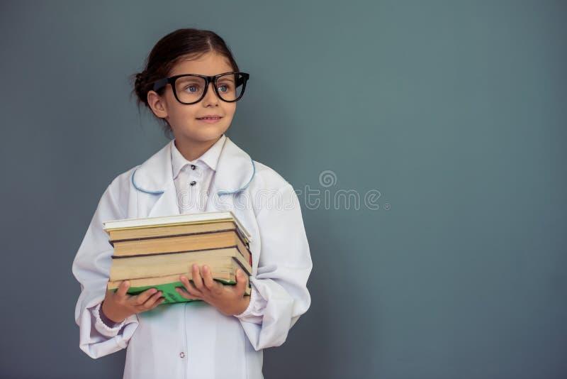 Petite fille avec du charme d'école images stock