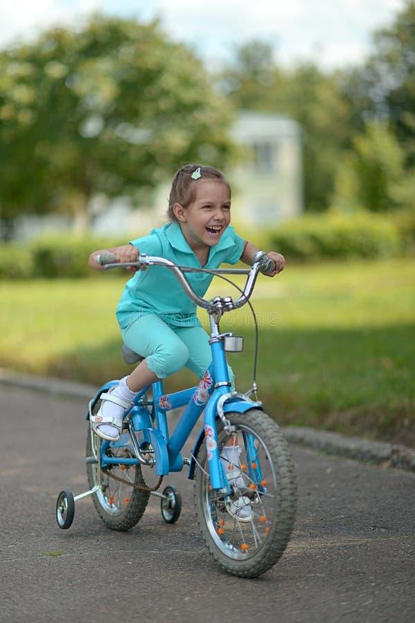 Petite fille avec la bicyclette images libres de droits