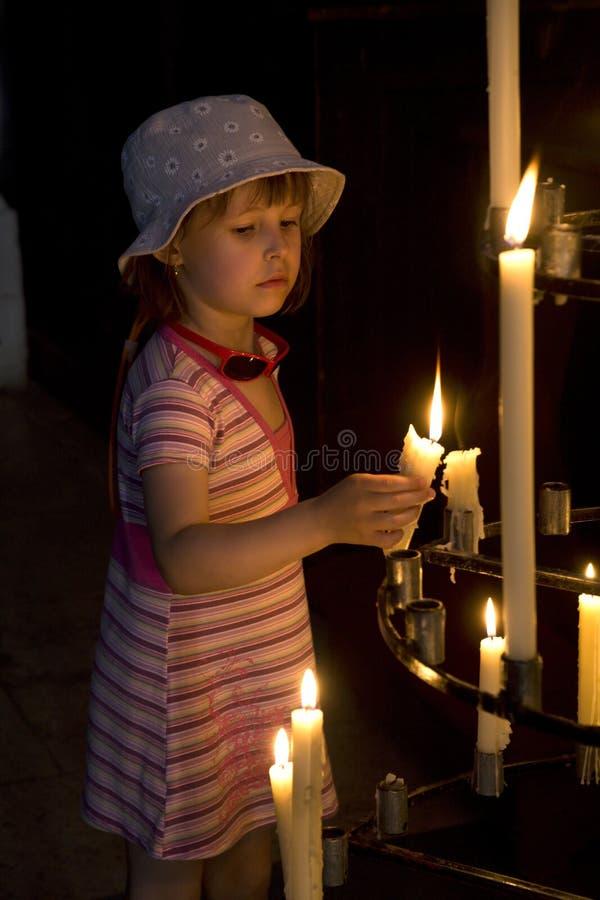 Petite fille avec la bougie images libres de droits