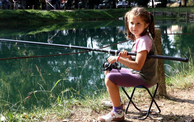 Petite fille avec la canne à pêche sur les rivages de la pêche de lac 1 photos stock