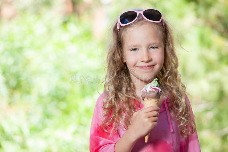 Petite fille avec la crême glacée photo stock