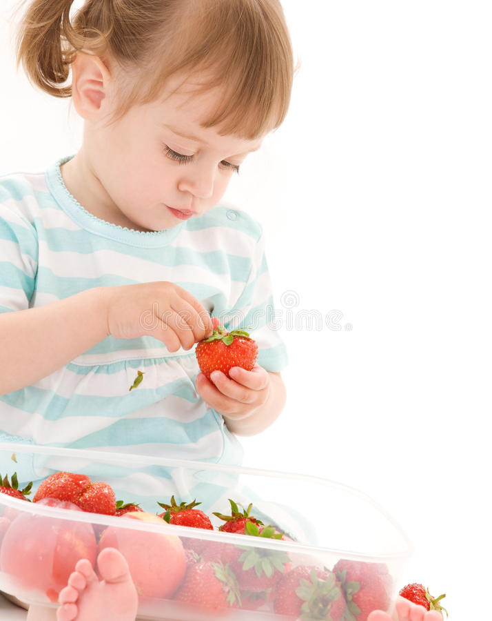 Petite fille avec la fraise photo stock