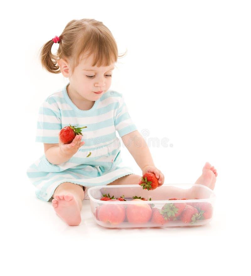 Petite fille avec la fraise photos libres de droits