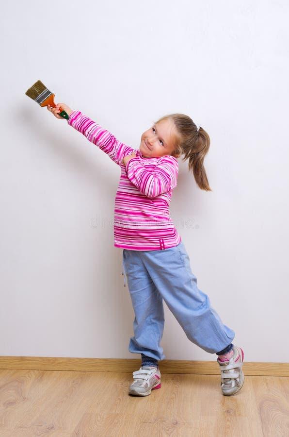 Petite fille avec le balai de peinture photographie stock libre de droits