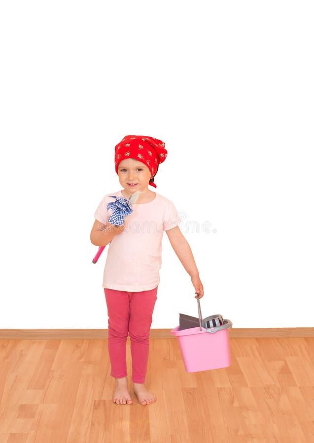Petite fille avec le balai, le balai et le seau prêts pour le grand nettoyage d'isolement photos libres de droits